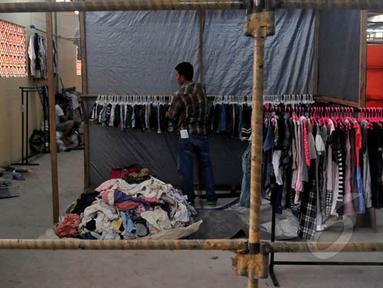 Para pedagang mulai memindahkan barang dagangannya di Tempat Penampungan Sementara (TPS) Pasar Senen Blok III, Jakarta, Sabtu (7/2/2015). (Liputan6.com/Johan Tallo)