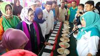 Menkes Nila Moeloek meninjau kegiatan di Pos Gizi Desa Haya-haya, Gorontalo. (Foto: Liputan6.com/Fitri Haryanti Harsono)
