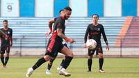 Striker Madura United, Rafael Silva, mencetak gol pada laga uji coba kontra Persela Lamongan di Stadion Surajaya, Lamongan, Sabtu sore (19/6/2021). (Bola.com/Dok Persela).