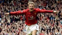 4. David Beckham, spesialis tendangan bebas ini merupakan salah satu idola bagi fans Setan Merah. Selain piawai melakukan tendangan jarak jauh, Becks juga memiliki paras tampan dan kehidupan pribadinya serupa dengan selebriti. (AFP/Paul Barker)