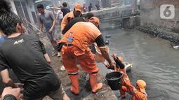 Petugas PPSU dan warga membantu menjinakkan kebakaran yang melahap permukiman di Jalan Kebon Jeruk 13, Taman Sari, Jakarta Barat, Minggu (6/10/2019). Kebakaran menghanguskan puluhan rumah di dua kelurahan, Taman Sari dan Mapar. (merdeka.com/Iqbal Nugroho)