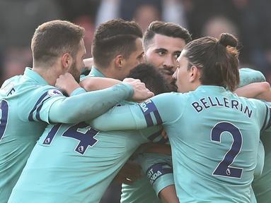 Selebrasi pemain Arsenal merayakan gol pembuka pada menit ke-30 lewat gol bunuh diri pemain Bournemouth, Jeffersn Lerma pada laga lanjutan Premier League yang berlangsung di stadion Dean Court, Inggris, Minggu (25/11).  Arsenal menang 2-1. (AFP/Glyn Kirk)