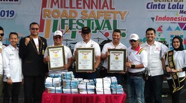 Kapolda Riau Irjen Widodo Eko Prihastopo (bertopi hitam) menerima rekor MURI terkait penyelenggaraan Millenial Road Safety Festival di Pekanbaru