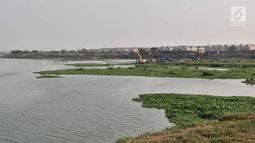 Suasana pengerukan lumpur di Kanal Banjir Timur (KBT), Jakarta, Rabu (3/10). Pengerukan dilakukan agar dapat memaksimalkan danm menampung air saat musim penghujan tiba.  (Merdeka.com/Iqbal S. Nugroho)