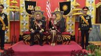 Totok Santoso Hadiningrat serta Kanjeng Ratu, alias Dyan Gitarja saat deklarasi Kerajaan Agung Sejagad. (foto: Lipoutan6.com/FB/edhie prayitno ige)