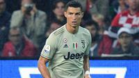 Penyerang Juventus, Cristiano Ronaldo mengiring bola saat bertanding melawan Udinese pada lanjutan Liga Serie A Italia di Stadion Dacia Arena (6/10). Juventus menang 2-0 atas Udinese. (AFP Photo/Miguel Medina)