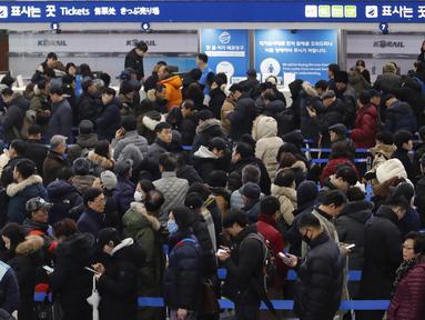 Orang-orang mengantre membeli tiket kereta api untuk mudik ke kampung halaman  selama liburan Tahun Baru Imlek, di Stasiun Kereta Api Seoul di Seoul, Korea Selatan, Selasa (7/1/2020). Warga Korea Selatan akan mengunjungi kampung halaman mereka selama liburan empat hari. (AP Photo/Ahn Young-joon)