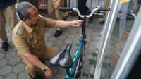 Wakil Wali Kota Bandung Yana Mulyana melihat prototipe sepeda lipat Kreuz yang dipajang di kawasan Cikondang, Kota Bandung, Senin (24/8/2020). (Liputan6.com/Huyogo Simbolon)