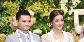 Nabila Syakieb dan Reshwara Argya Radinal resmi menikah pada Minggu (20/12/2015) setelah beberapa lama menjalin hubungan. Pengantin yang baru saja resmi menjadi pasangan suami istri pun memancarkan kebahagiaan. (Andy Masela/Bintang.com)