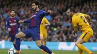 Gelandang Barcelona, Andre Gomes, menghindari kejaran bek Atletico Madrid, Diego Godin, pada laga La Liga Spanyol di Stadion Camp Nou, Barcelona, Minggu (4/3/2018). Barcelona menang 1-0 atas Atletico. (AFP/Pau Barrena)