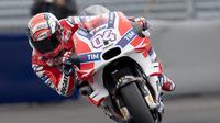Andrea Dovizioso tak sabar melaju bersama Jorge Lorenzo sebagai rekan setim di Ducati pada musim 2017 nanti. (JOE KLAMAR / AFP)