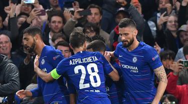 Perayaan gol Ruben Loftus Cheek pada leg kedua Liga Europa yang berlangsung di Stadion Stamford Bridge, London, Jumat (10/5). Chelsea menang 4-3 atas Eintracht Frankfurt lewat adu penalti. (AFP/Oliver Greenwood)