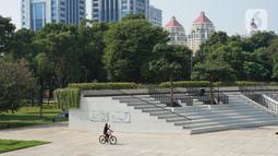 Warga beraktivitas di sekitar Taman Lapangan Banteng, Jakarta Pusat, Sabtu (13/6/2020). Mulai hari ini, Taman Lapangan Banteng kembali dibuka untuk umum namun jumlah pengunjung tetap dibatasi sebanyak 200 orang setiap pagi dan sore hari. (Liputan6.com/Immanuel Antonius)