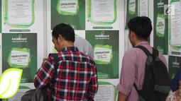 Pencari kerja melihat  jenis lowongan kerja saat gelaran Job For Career Festival 2019 di Stadion GBK, Jakarta, Selasa (5/3). Tingginya angka pengangguran di Indonesia membuat acara bertema bursa kerja terus diminati. (Liputan6.com/Helmi Fithriansyah)