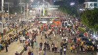 Ribuan warga memadati Jalan MH Thamrin pada malam puncak peringatan HUT DKI Jakarta ke-492 di Bundaran HI Jakarta, Sabtu, (22/6/2019). Rangkaian perayaan HUT DKI Jakarta yang dikemas dalam konsep ekonomi kreatif dan seni dibuka Gubernur DKI Jakarta Anies Baswedan. (Liputan6.com/Immanuel Antonius)
