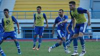 Bek Persib Bandung Fabiano Beltram dan penyerang Artur Gevorkyan mengikuti sesi latihan di Stadion Arcamanik Bandung. (Huyogo Simbolon)