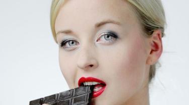 Makan cokelat. Foto: Mirror