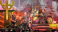 Penampilan vokalis Judas Priest, Rob Halford, Gitaris Richie Faulkner dan Drumer Scott Travis saat tampil dalam konser perdana di Allianz Eco Park Ancol, Jakarta Utara, Jumat (7/12). (Fimela.com/Bambang E. Ros)