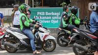 Ojek online (ojol) antre menerima bantuan berupa bingkisan makan siang dan hand sanitizer di kawasan Jalan Raden Saleh, Jakarta, Selasa (7/3/2020). DPP PKB memberikan 500 paket kepada ojol akibat lesunya orderan selama pandemi corona Covid-19. (Liputan6.com/Fery Pradolo)