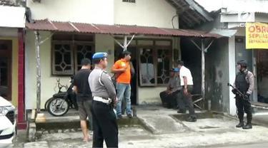 Polisi menggeledah rumah mertua salah satu terduga teroris. Terduga teroris, NK sempat menginap di rumah mertua dan dicurigai menyimpan barang bukti.