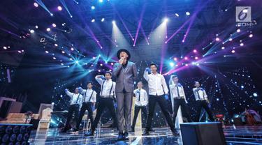 """Musisi Anji tampil dalam malam puncak Hut SCTV ke-28 di ICE BSD, Tangerang, Jumat (24/8). Dalam penampilannya mereka membawakan sejumlah lagu diantaranya """"Menunggu Kamu"""". (Liputan6.com/Faizal Fanani)"""