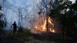 Api berkobar saat kebakaran hutan di daerah Adames, utara Athena, Yunani, Selasa (3/8/2021). Gelombang panas yang membakar Mediterania timur semakin intensif. (AP Photo/Michael Varaklas)