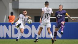 Penyerang Bali United, Ilija Spasojevic (kiri) mencetak gol pertama timnya ke gawang Persita Tangerang dalam laga pekan ke-4 BRI Liga 1 2021/2022 di Stadion Pakansari, Bogor, Jumat (24/09/2021). Bali United menang 2-1. (Bola.com/Bagaskara Lazuardi)