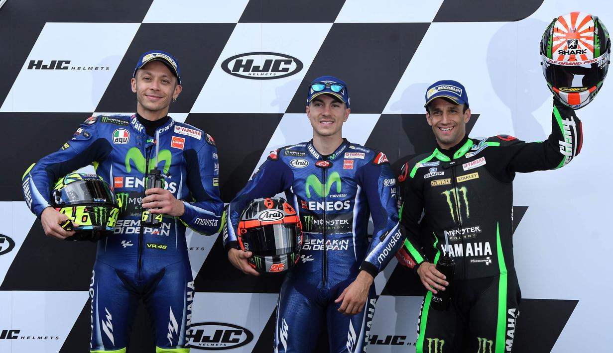 Pebalap Movistar Yamaha, Maverick Vinales, bersama rekan setimnya Valentino Rossi dan pebalap Monster Yamaha, Johann Zarco, meraih pole position usai kualifikasi MotoGP Prancis di Sirkuit Le Mans, Sarthe, Sabtu (20/5/2017). (AFP/Jean-Francois Monier)