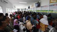 Calon penumpang mengantri untuk membeli tiket di Stasiun Kereta (Liputan6.com/Faizal Fanani)
