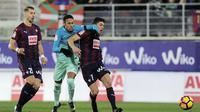 Penyerang Barcelona, Neymar (tengah) mendapat tekanan dari dua pemain Eibar, pada laga lanjutan La Liga 2016-2017, di Ipurua Stadium, Senin (23/1/2017) dini hari WIB. Barcelona menang 4-0.  (AFP/Ander Gillenea)