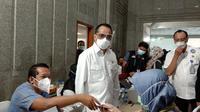 Menteri Perhubungan Budi Karya Sumadi melakukan pantauan langsung penyelenggaraan program vaksinasi hari pertama di Kantor Pusat Kementerian Perhubungan. (Liputan6.com/Maulandy Rizki Bayu Kencana)