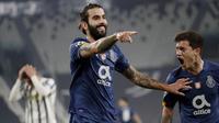 Pemain Porto, Sergio Oliveira, melakukan selebrasi usai mencetak gol ke gawang Juventus pada laga Liga Champions di Stadion  Allianz, Rabu (10/3/2021). Juventus tersingkir karena skor agregat 4-4. (AP/Luca Bruno)