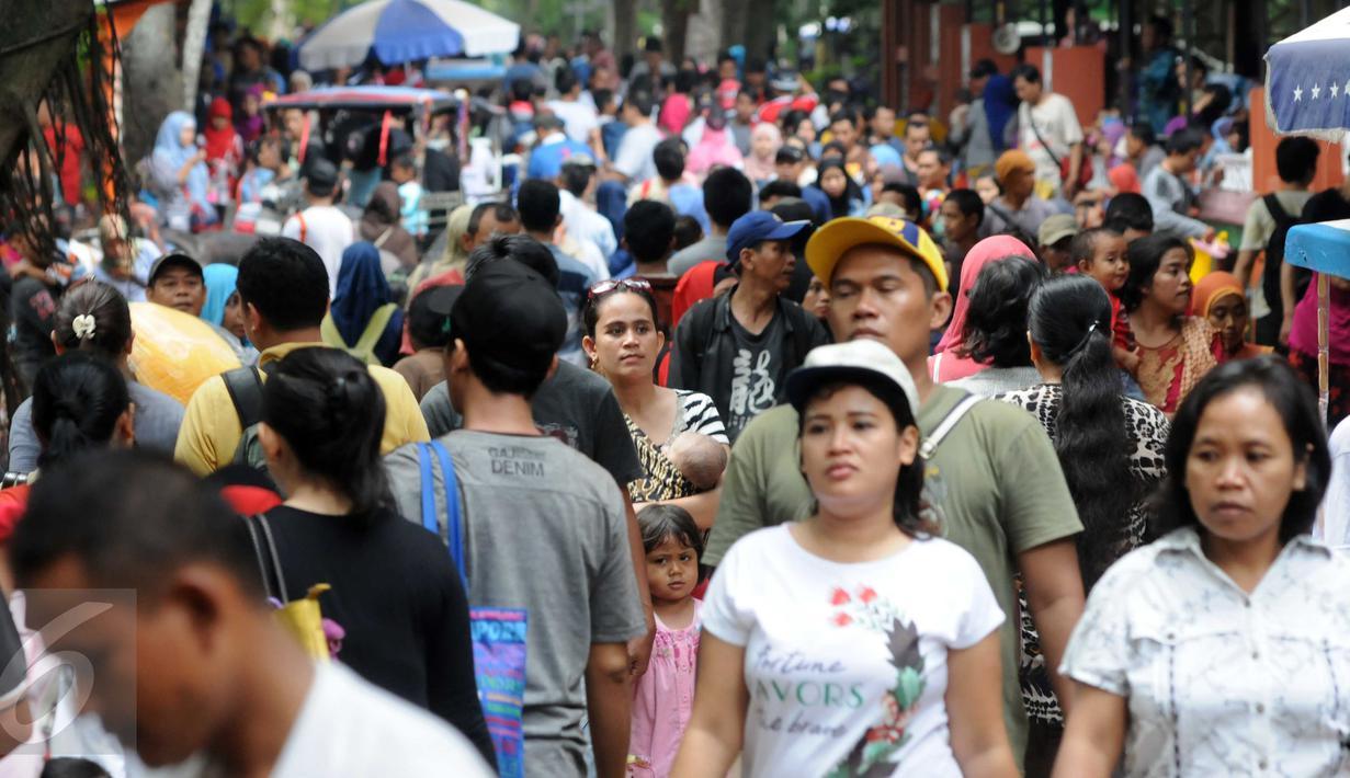 Kebun Binatang Ragunan masih menjadi tempat favorit untuk rekreasi bagi warga ibukota dan sekitarnya, Jakarta, Minggu (27/12/2015). Harga tiket yang murah menjadi alasan utama para pengunjung ke Ragunan. (Liputan6.com/Helmi Afandi)