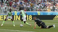 Pemain Nigeria, Ahmed Musa (tengah) mengecoh kiper Islandia, Hannes Halldorsson pada laga grup D Piala Dunia 2018 di Volgograd Arena, Volgograd, Rusia, (22/6/2018). Nigeria menang 2-0. (AP/Darko Vojinovic)