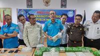 Deputi Pemberantasan BNN Arman Depari memperlihatkan sabu dan pil ekstasi yang disita dari oknum polisi yang menjadi kurir narkoba. (Liputan6.com/M Syukur)