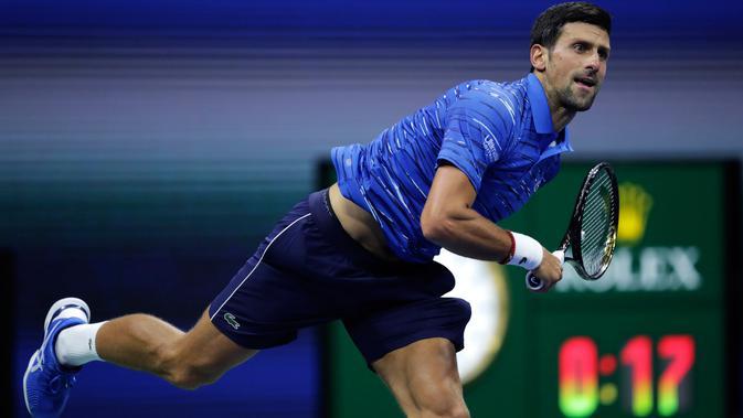 Petenis Serbia, Novak Djokovic mengembalikan bola ke arah lawannya Juan Ignacio Londero dari Argentina pada babak kedua AS Terbuka 2019 di Arthur Ashe Stadium, Rabu (28/8/2019). Novak Djokovic  lolos setelah menyudahi perlawanan Londero dengan skor 6-4, 7-6 (7-3), dan 6-1. (AP/Charles Krupa)