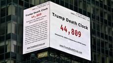 "Papan berupa jam kematian yang disebut ""Trump Death Clock"" di Times Square, New York City pada 8 Mei 2020. Papan hasil ide dari pembuat film, Eugene Jarecki ini menampilkan jumlah kematian yang disebabkan Presiden AS Donald Trump menunda respons terhadap pandemi COVID-19. (TIMOTHY A. CLARY/AFP)"