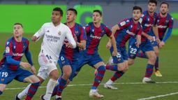 Pemain Real Madrid Casemiro (kedua kiri) berlari saat melawan Levante pada pertandingan Liga Spanyol di Stadion Alfredo Di Stefano, Madrid, Spanyol, Sabtu (30/1/2021). Real Madrid kalah 1-2. (AP Photo/Manu Fernandez)