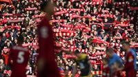 Suporter Liverpool saat pertandingan melawan Southampton pada laga Premier League di Stadion Anfield, Sabtu (1/2/2020). Liverpool menang 4-0 atas Southampton. (AP/Jon Super)