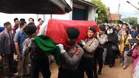 Prosesi pemakaman AKBP Andi Nurwandi, korban meninggal dunia akibat terjatuh saat panjat tebing di Gunung Parang, Purwakarta. (Foto: Liputan6.com/Abramena)