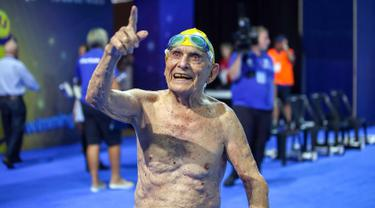 George Corones dari Australia menunjuk ke kolam Gold Coast Aquatic Centre di Gold Coast, Queensland (28/2). George Corones, berhasil memecahkan rekor dunia renang 50 meter dalam uji coba Commonwealth Games. (AFP/Swimming Australia)