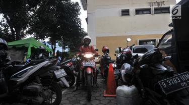 Pegawai kantor Balai Kota DKI Jakarta mengambil motor di Kelurahan Kebon Sirih, Jakarta, Rabu (16/1). Pelarangan pegawai Balai Kota untuk memarkirkan kendaraan di Gedung DPRD menyebabkan halaman Kelurahan penuh dengan motor. (Merdeka.com/Iqbal S Nugroho)