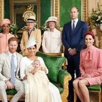 Pangeran Harry dan Meghan Markle berfoto bersama Archie dan keluarga dalam upacara pembaptisan (AFP/Chris Allerton)