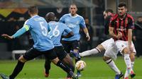 Pemain AC Milan, Gonzalo Higuain (dua kanan) menendang bola saat bertanding melawan F-91 Dudelange dalam laga kelima Grup F Liga Europa di Stadion San Siro, Milan, Italia, Kamis (29/11). AC Milan menang 5-2. (AP Photo/Luca Bruno)