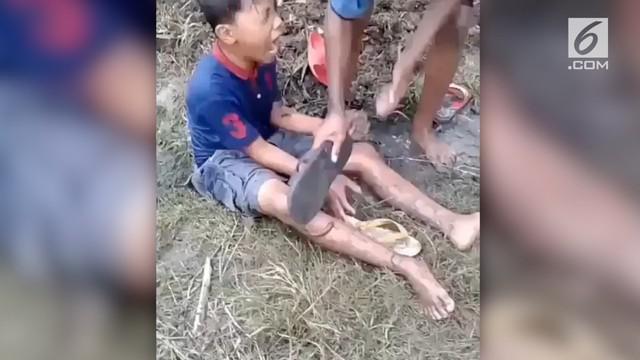 Sebuah video yang merekam bocah laki-laki digigit lintah beredar di media sosial.