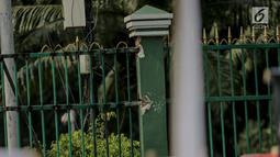 Kondisi pagar gedung DPR yang dirusak sejumlah mahasiswa gabungan se-Jabodetabek yang menolak pengesahan RKUHP di Senayan, Jakarta, Selasa (24/9/2019). Usai dirusak oleh massa aksi, pagar itu direnovasi beberapa pekerja  atau tukang las listrik. (Liputan6.com/Faizal Fanani)