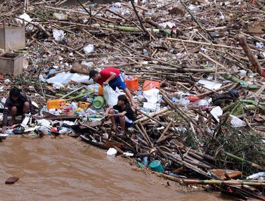Mengais Rezeki di Sela - Sela Tumpukan Sampah