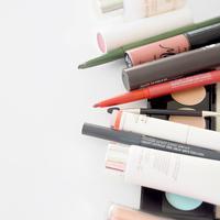 Jadwal yang padat dan mobilitas tinggi? Jangan khawatir, agar penampilan wajah tetap terlihat prima pastikan 8 produk makeup ini ada di dalam tas. (Photo by Diana Ruseva on Unsplash)