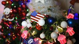 Sebuah pohon Natal menghiasi rumah keluarga Thomas Jeromin di Rinteln, Jerman, Minggu (8/12/2019). Thomas Jeromin memenuhi rumahnya dengan 350 pohon Natal di hampir tiap sudut rumah, mulai dari ruang tamu, dapur sampai kamar mandi. (Ina FASSBENDER/AFP)