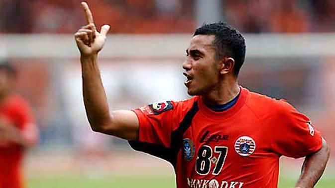Pemain Persija Firman Utina merayakan gol tunggal yang dicetaknya pada laga lanjutan ISL melawan Sriwijaya FC yang berakhir dengan skor 1-0 di Stadion Gelora Bung Karno, Jakarta, Jumat (19/2). FOTO ANTARA/Puspa Perwitasari